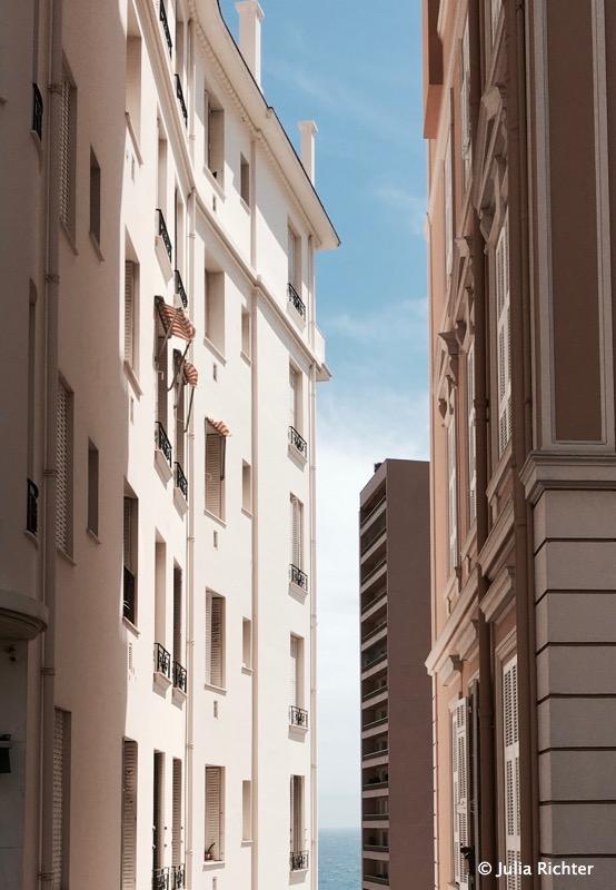 In den engen Straßen von Monte Carlo finden wir leider keinen Parkplatz.