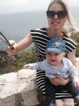 Selfie-Time. Wenn man allein mit Baby unterwegs ist, hat so ein Selfiestick durchaus Vorteile.
