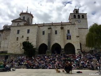 Ein Zauberer vor der Kathedrale von Santander. So viele Menschen habe ich mir auch in Santiago de Compostela vorgestellt.