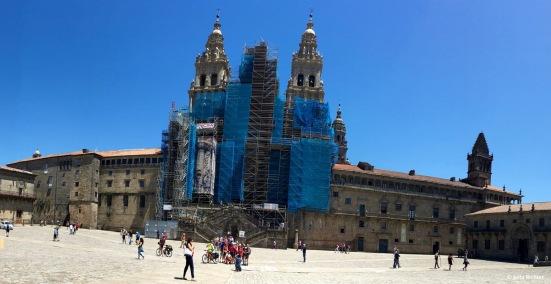 Auf dem Platz des Obradoiro schauen wir den Pilgern beim Ankommen zu.