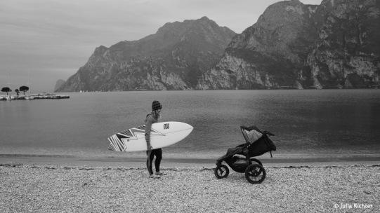 Paddeltraining für Julia im Gardasee. Fast ein Jahr ohne Sport müssen aufgeholt werden.