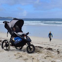Mit voll bepackten Kinderwagen geht's an den Strand.