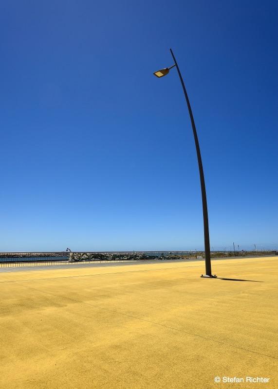 Bildtitel: Einsame Lampe am Strand.