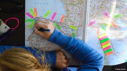 Julia hält ihre Route fest.