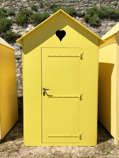 Nein, dies ist keine Toilette, sonder eine Lager für Strandliegen.