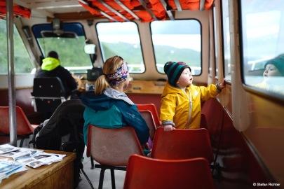 Gletscherauflug. Mit dem Boot geht es noch einmal über den See.