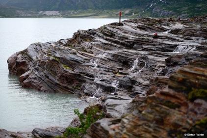 Entlang der neuen Markierung und durch den Regen wandern wir über Gletscherschliff.
