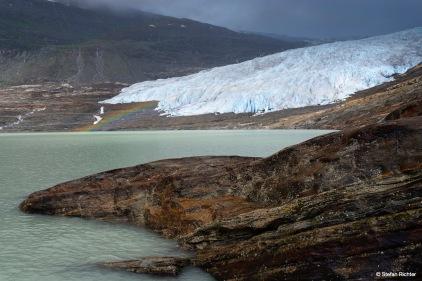 Regenbogen am Svartisen Gletscher.