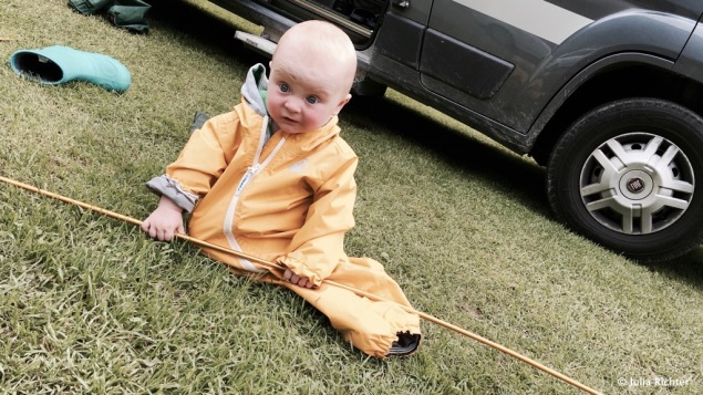 Finn hilft beim Zeltaufbau, weil Andi im Zelt neben dem Van schläft.