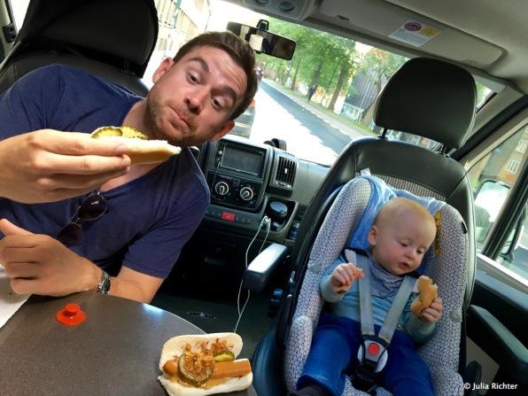 Mittag. Es gibt Hot Dogs. Finn bevorzugt Trennkost. Erst Brot, dann Würstchen.