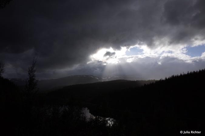 Nach einem langen Fahr- und Regentag kommt die Sonnen wieder durch.