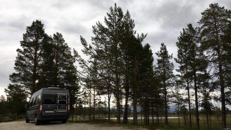 Entlang der Norwegisch-Schwedischen Grenze gibt es wunderbare Übernachtungsmöglichkeiten direkt neben der Straße.