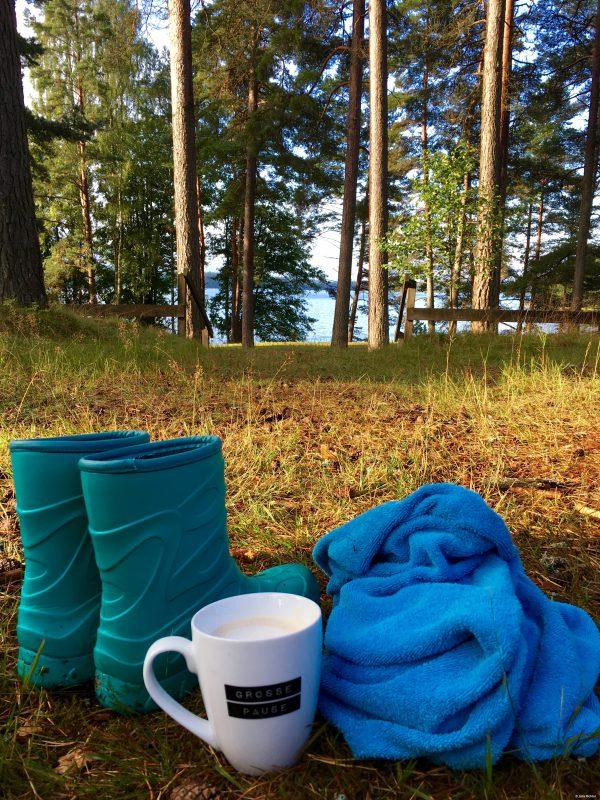 """""""Me time"""" früh am Morgen. Noch bevor Finn wach wird war ich schon im See baden und hatte einen Kaffee."""