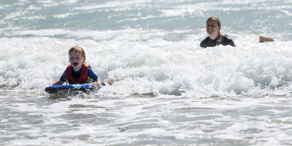 Finn ist auch schon in den Wellen mit seinem Bodyboard.